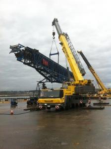 2 cranes lifting conveyor